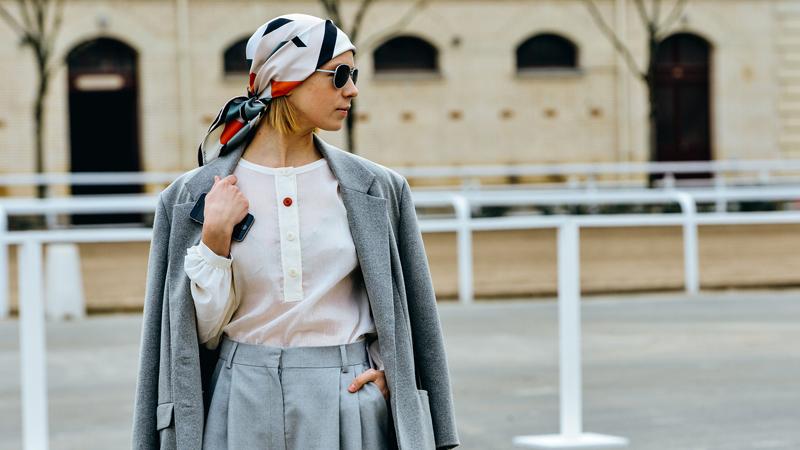 khăn lụa thời trang trùm đầu và bộ suit màu xám