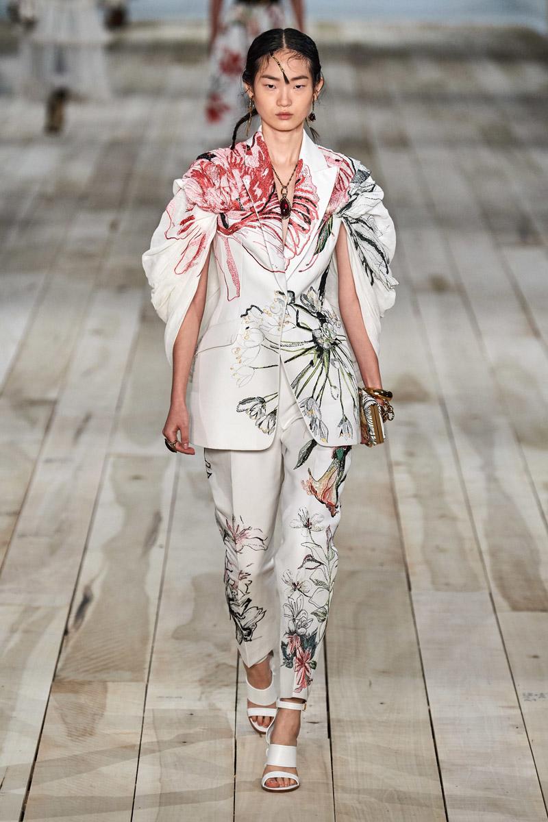 trang phục họa tiết hoa alexander mcqueen