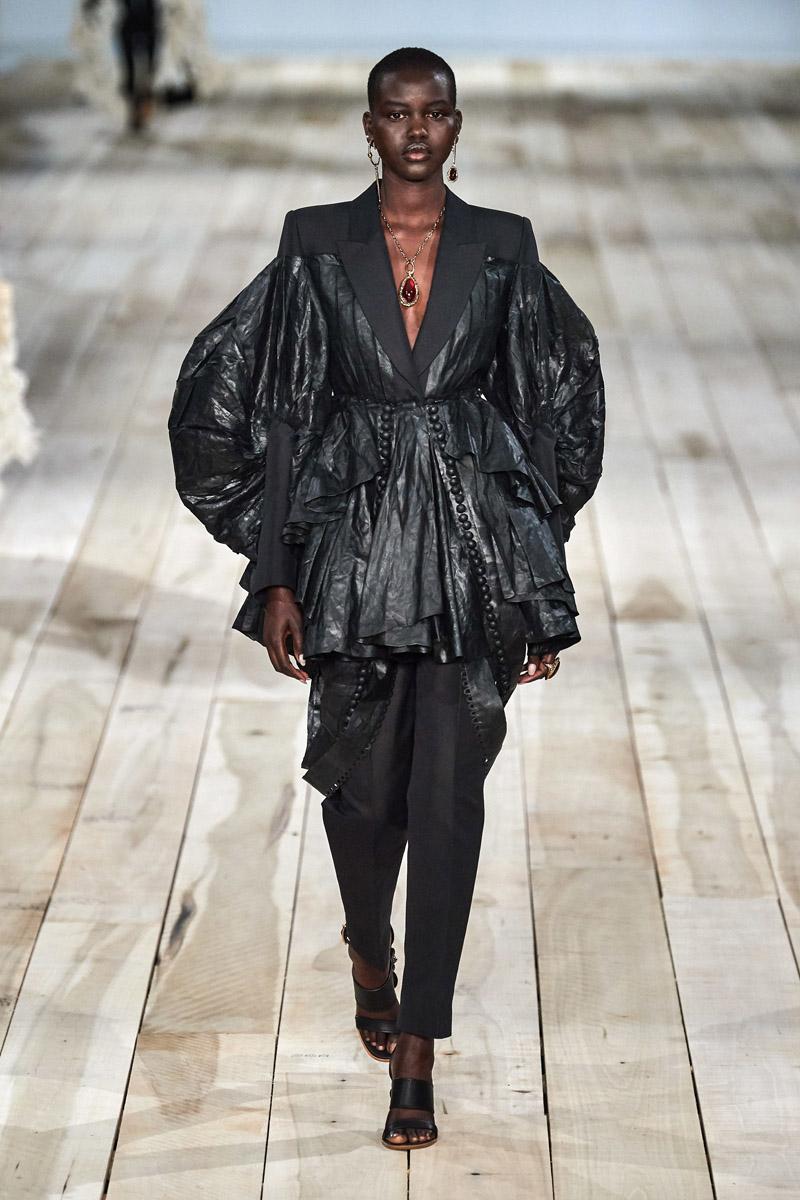 áo chất liệu da tay bồng alexander mcqueen xuân hè 2020