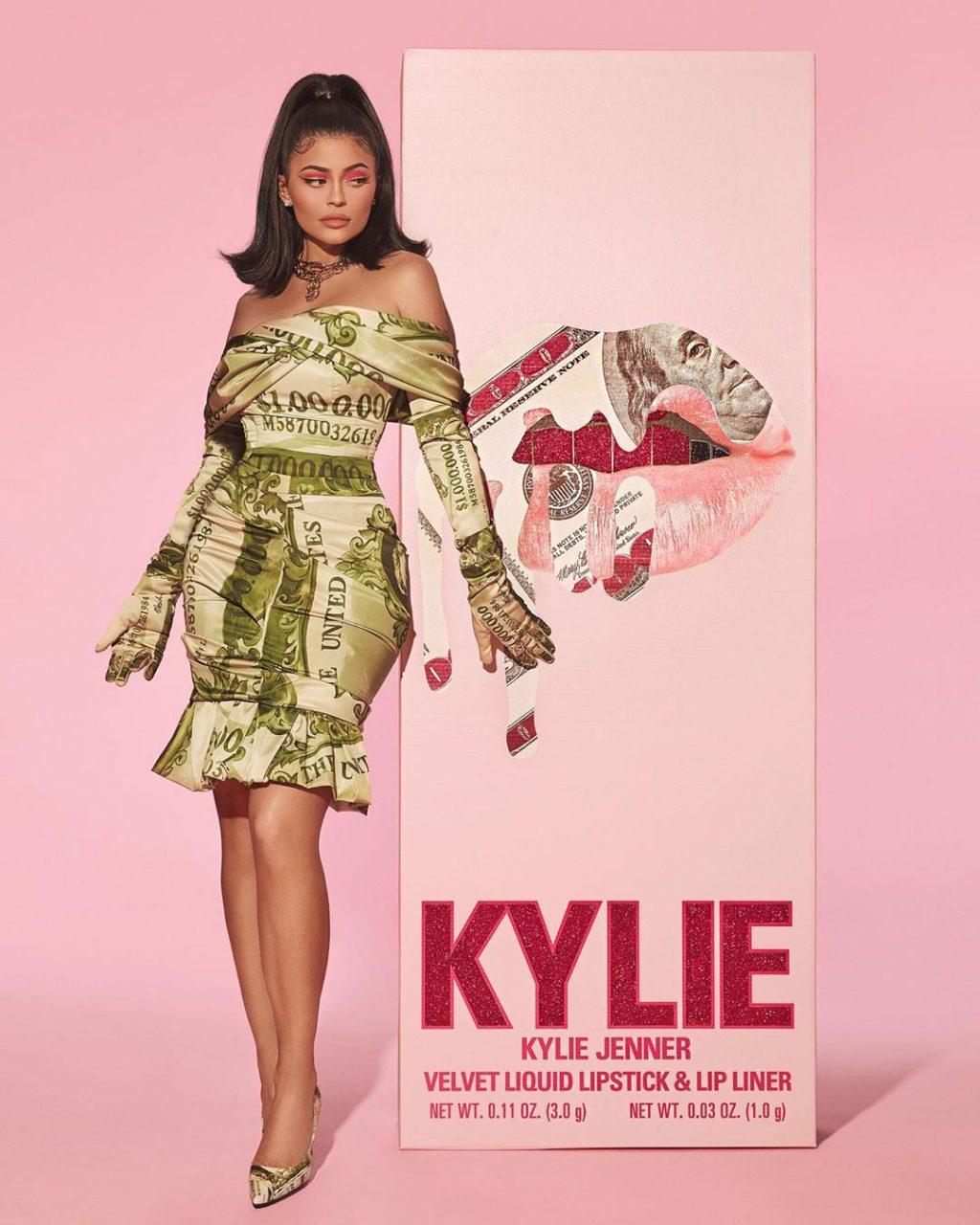 Kylie Jenner diện thời trang vintage - đầm Moschino