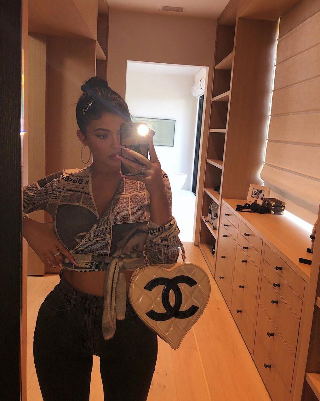 Kylie Jenner sở hữu item thời trang vintage - túi Chanel trắng chần ô
