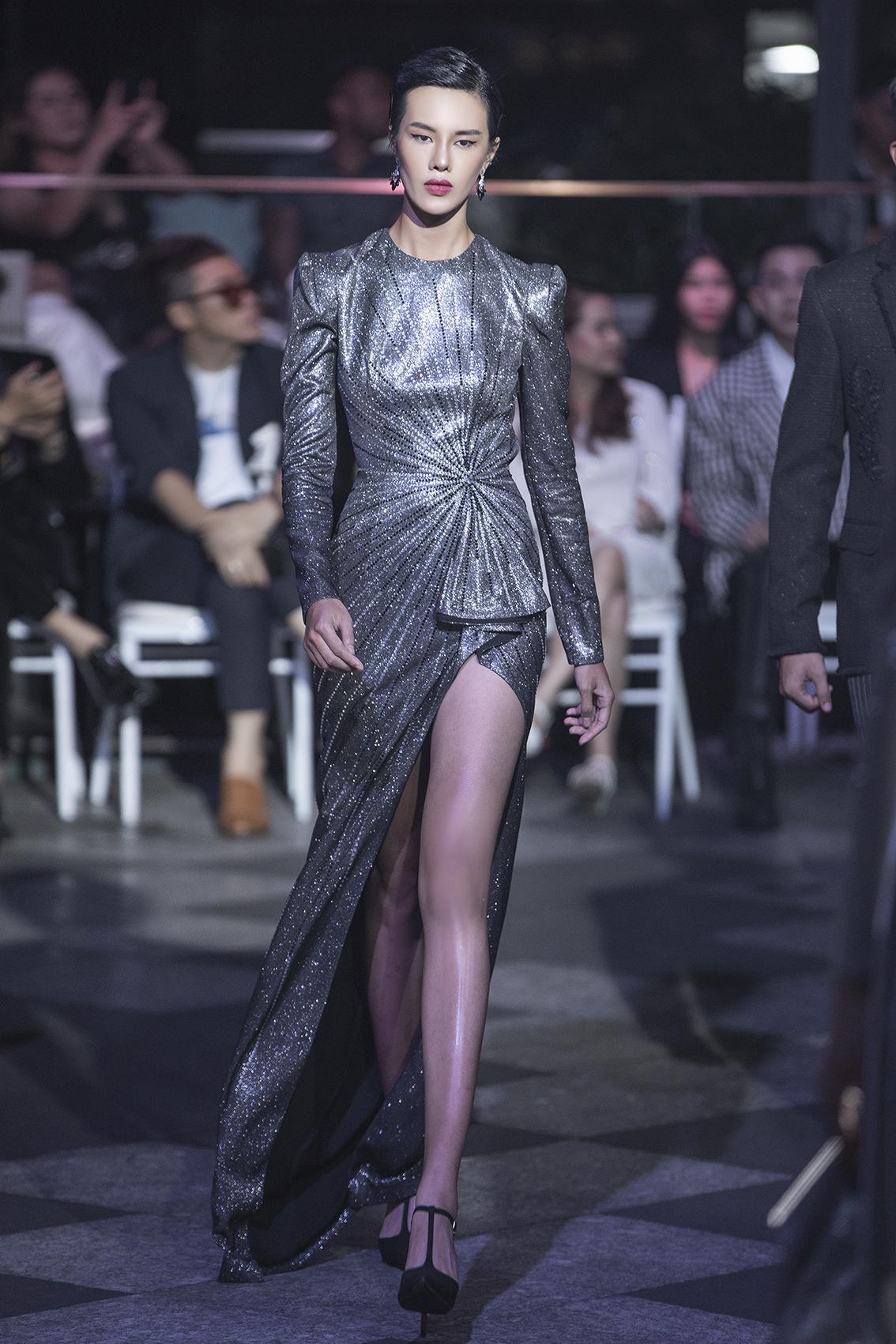 Đầm ánh bạc sang trọng trong màn 3 của đêm diễn