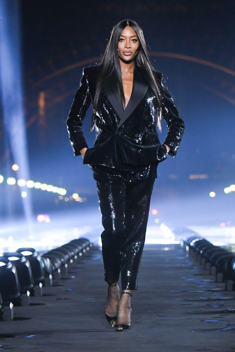 Naomi Campbell kết thúc show Saint Laurent tại Tuần lễ thời trang Paris Xuân - Hè 2020
