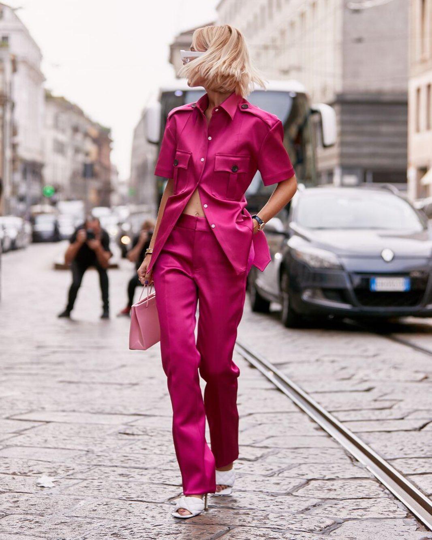 Bộ suit màu hồng sen và giày cao gót trắng giúp bạn trông trẻ hơn