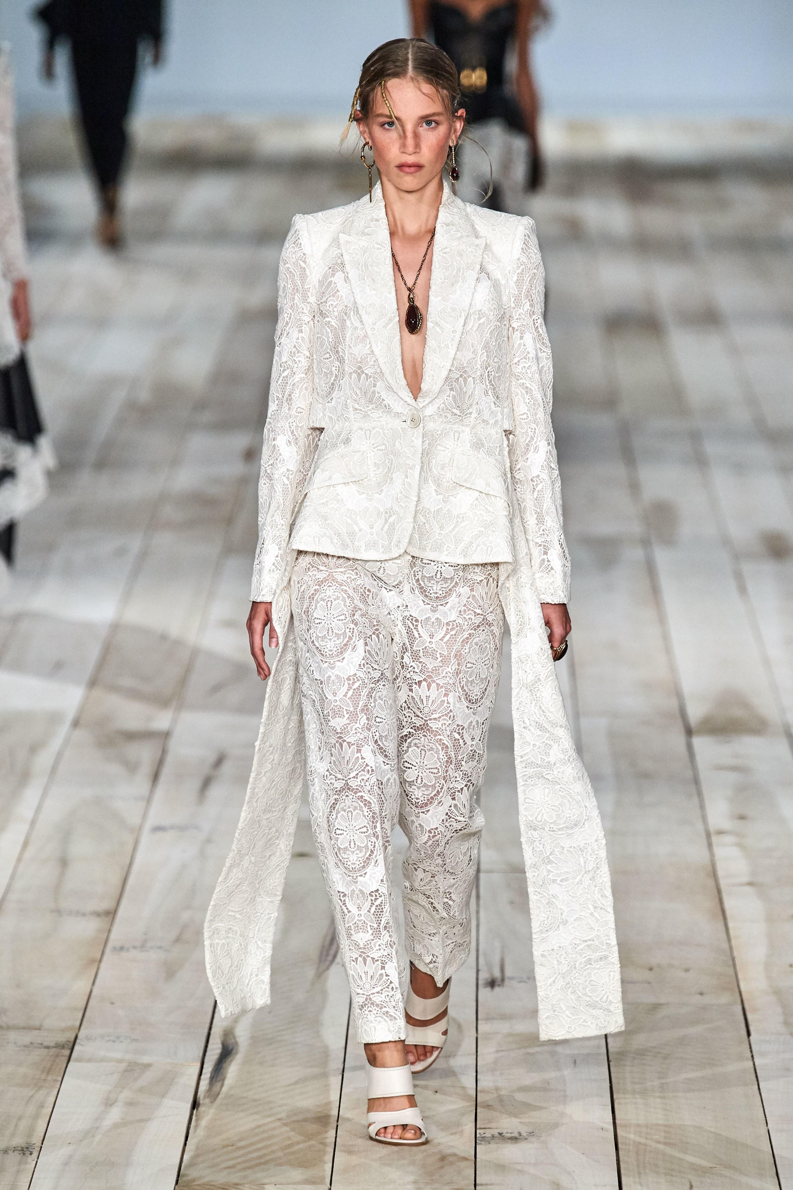 thiết kế suit bằng ren alexander mcqueen xuân hè 2020
