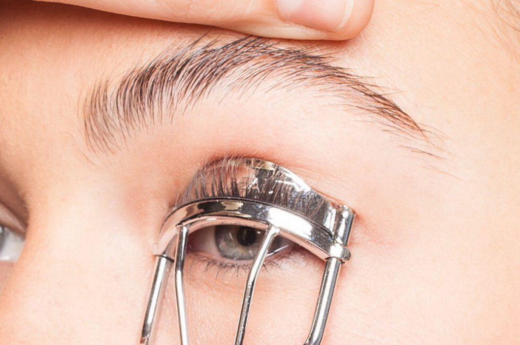 đừng bao giờ quên bấm mi khi trang điểm mắt