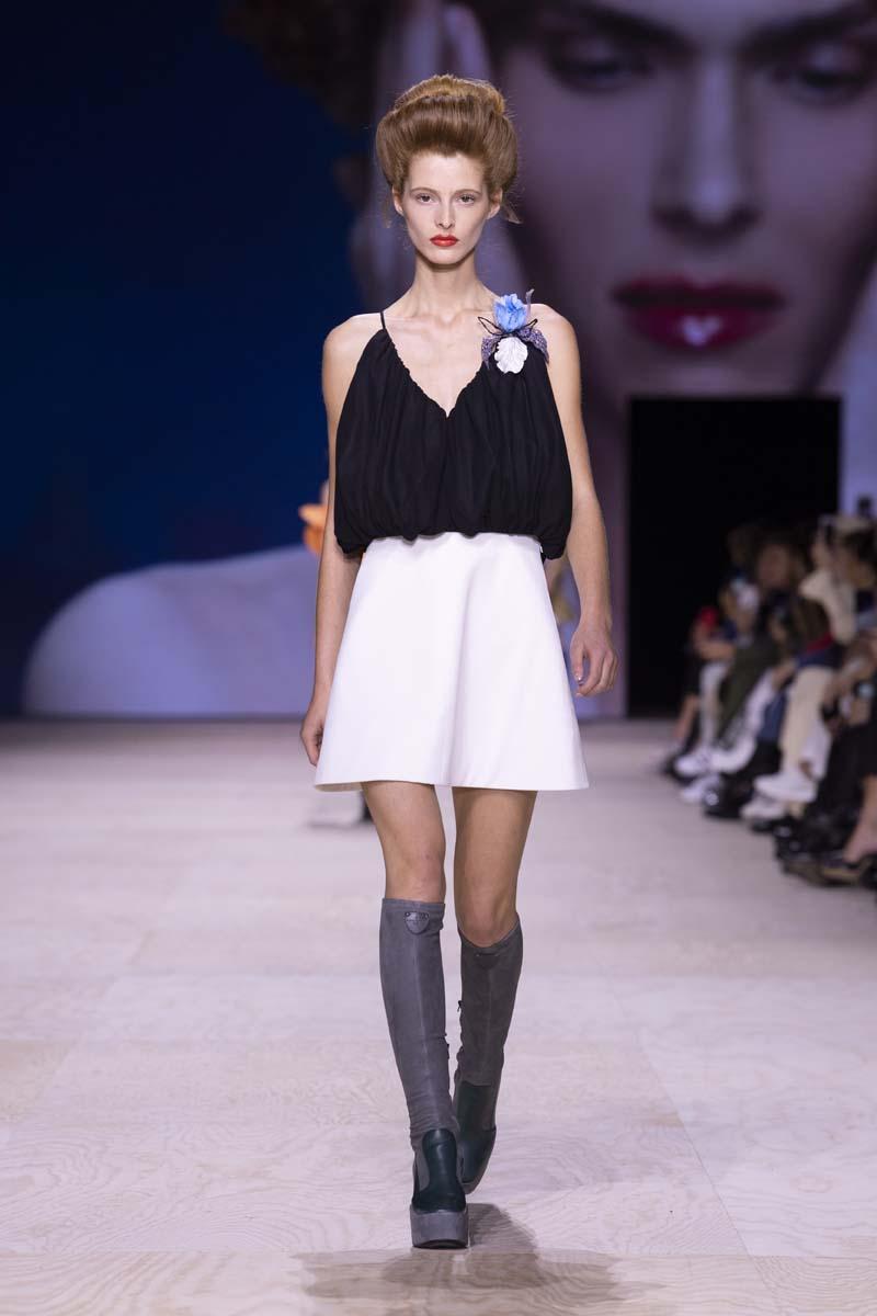 chân váy trắng và áo hai dây đen louis vuitton
