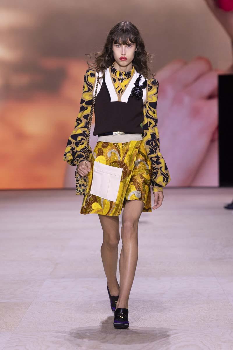 trang phục họa tiết màu vàng louis vuitton xuân hè 2020