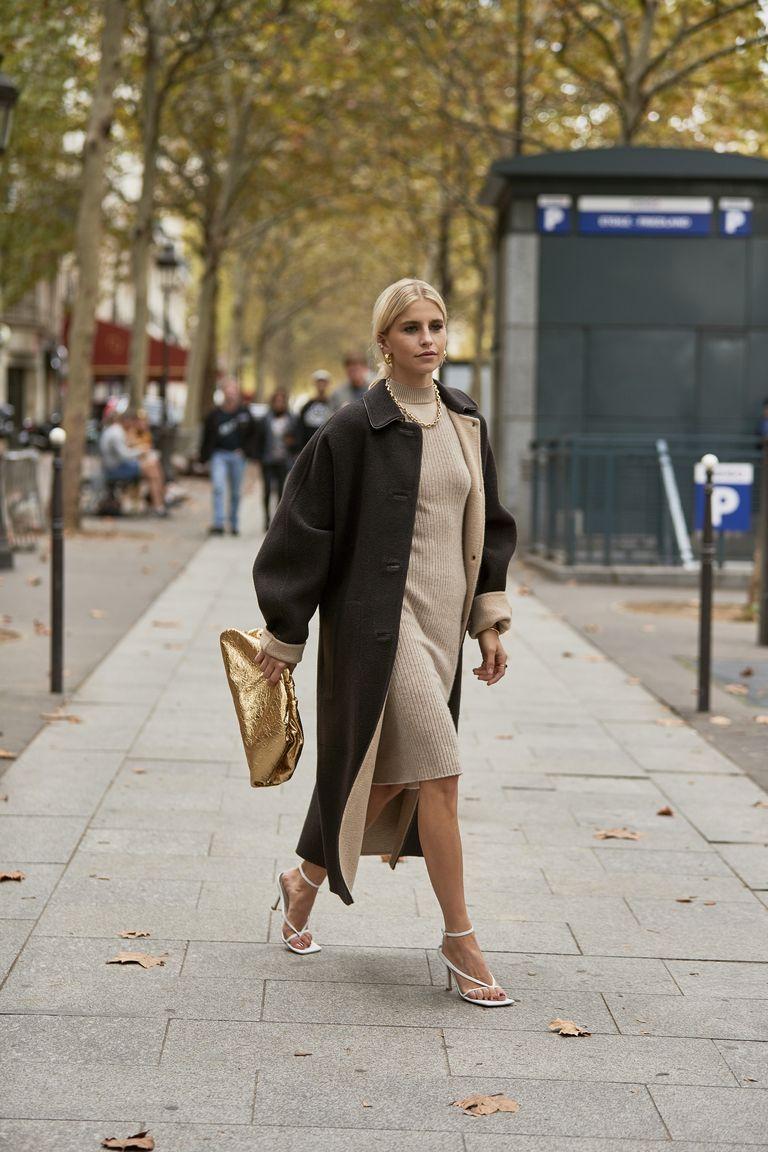 Trench coat nâu phối cùng đầm len ôm