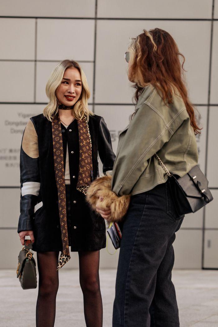 túi nhỏ - cách phối đồ tại tuần lễ thời trang Seoul xuân - hè 2020