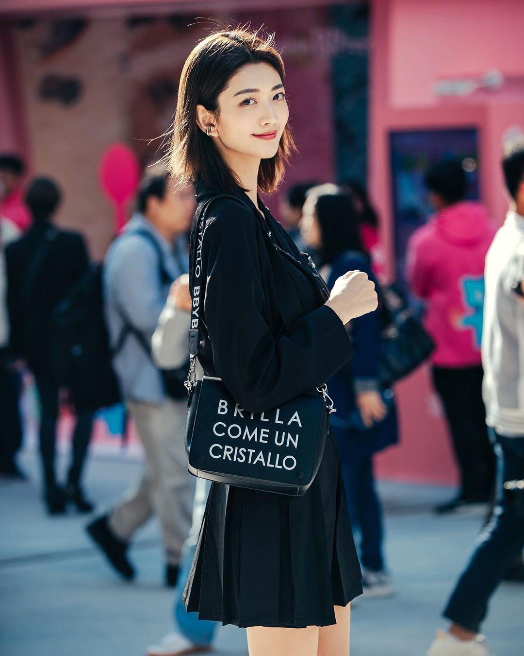 phụ kiện điểm nhấn - cách phối đồ tuần lễ thời trang seoul xuân hè 2020
