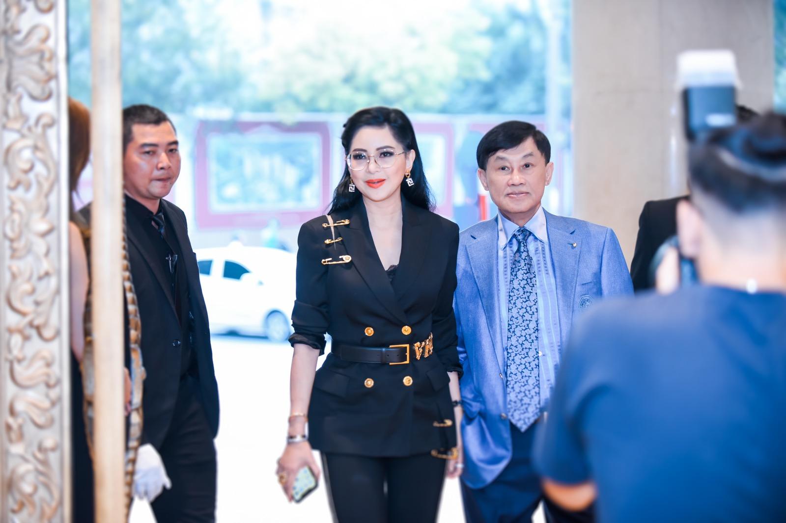 Vua hàng hiệu Johnathan Hạnh Nguyễn cùng vợ - doanh nhân Thủy Tiên tham dự sự kiện khai trương cửa hàng Rolex.