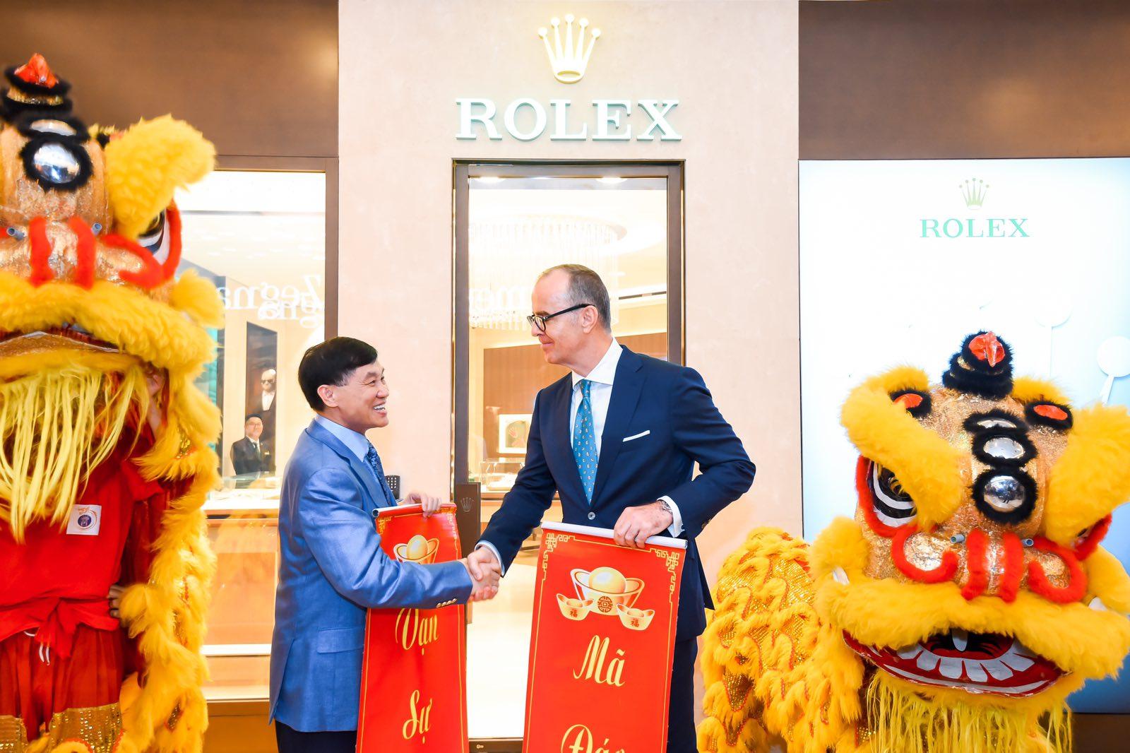 Ông Johnathan Hạnh Nguyễn bắt tay cùng ông Chris Gisi – CEO của Rolex khu vực Đông Nam Á sau nghi thức múa lân mừng khai trương.