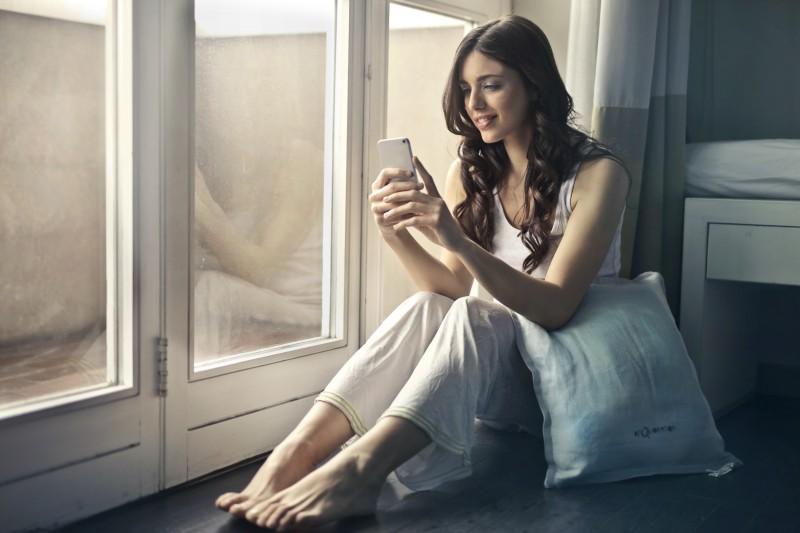 cô gái dùng điện thoại