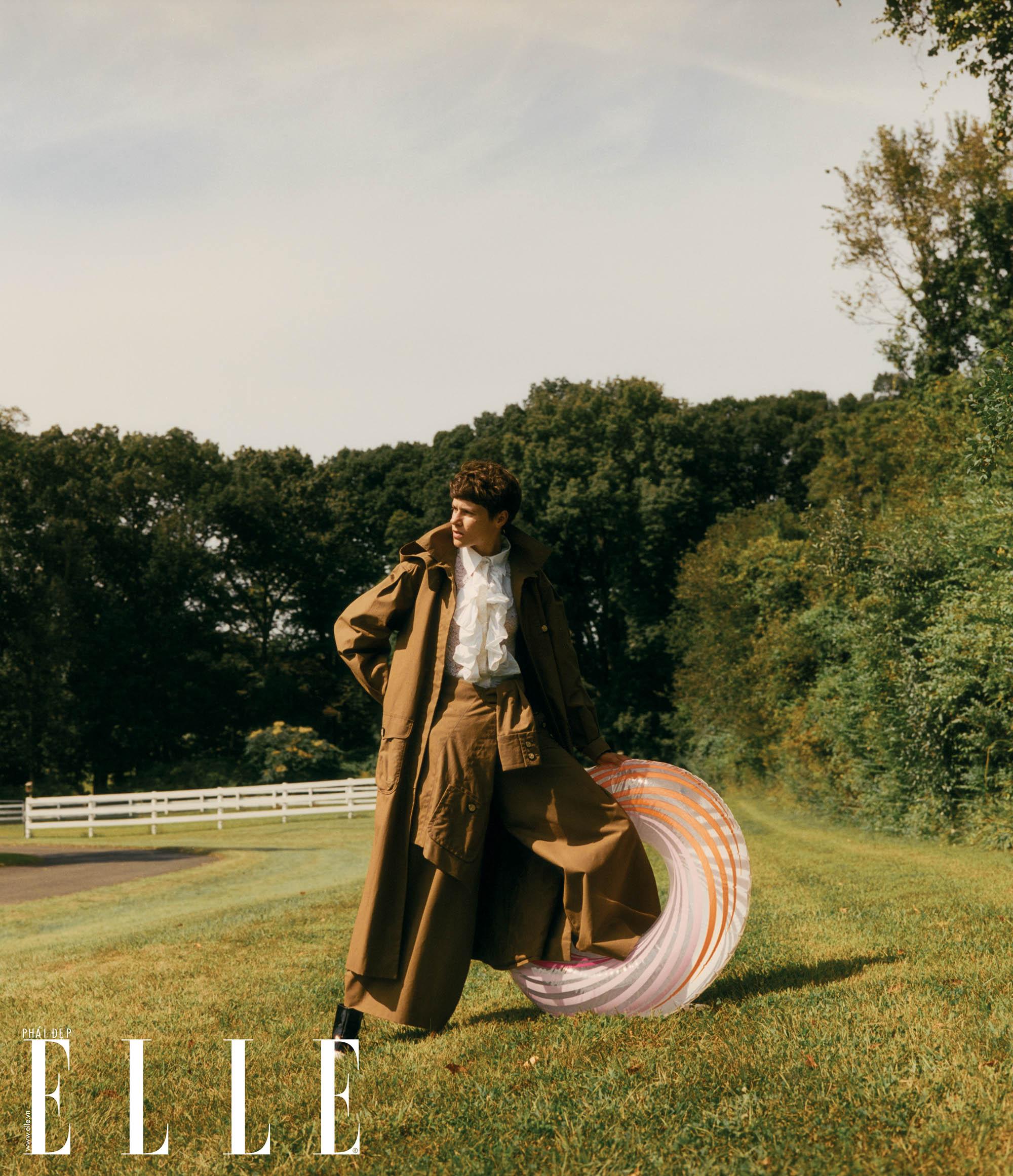 bộ ảnh người mẫu nam ngắm ánh nắng tại trang trại