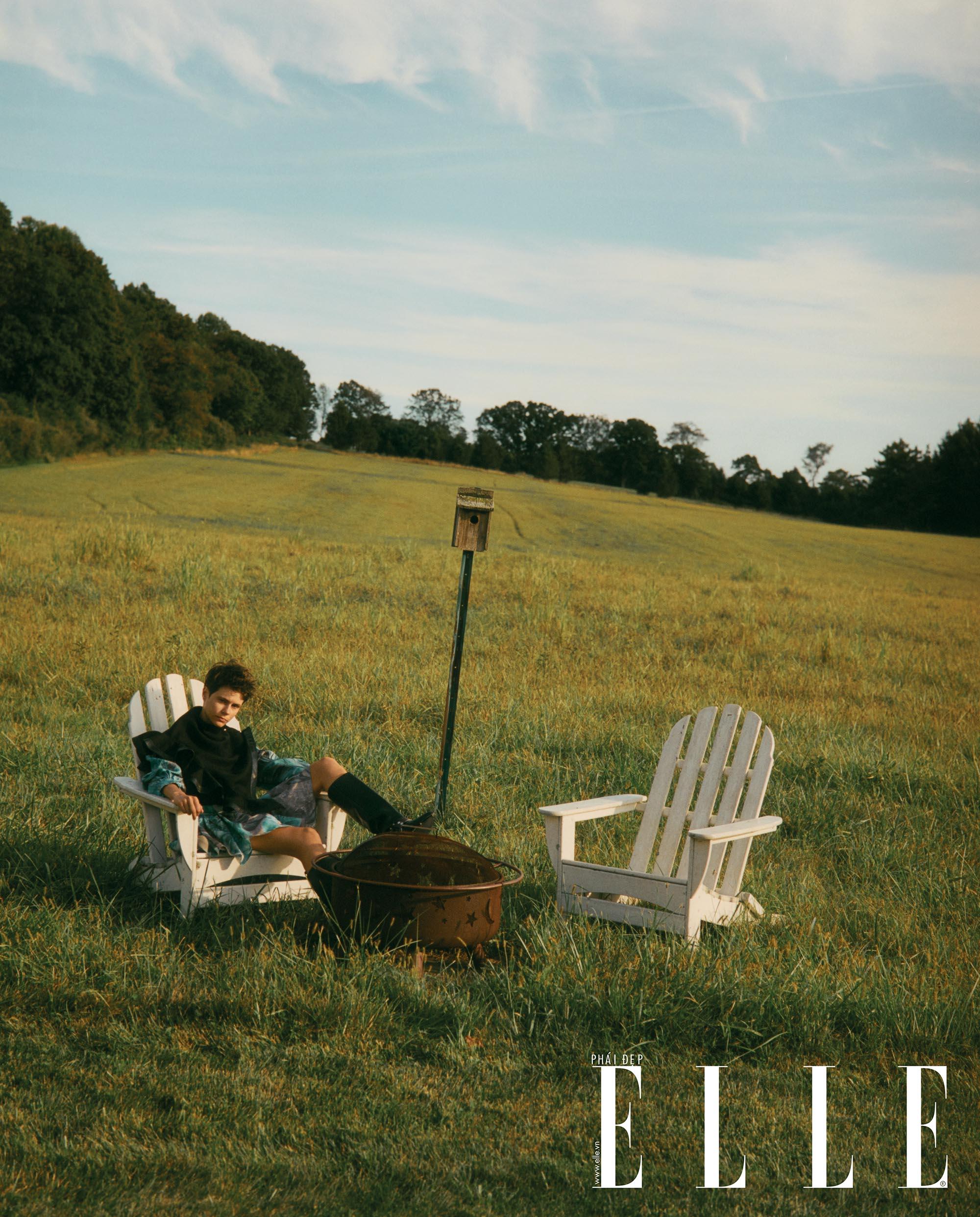 bộ ảnh người mẫu ngồi trên ghế trắng đặt tại cánh đồng
