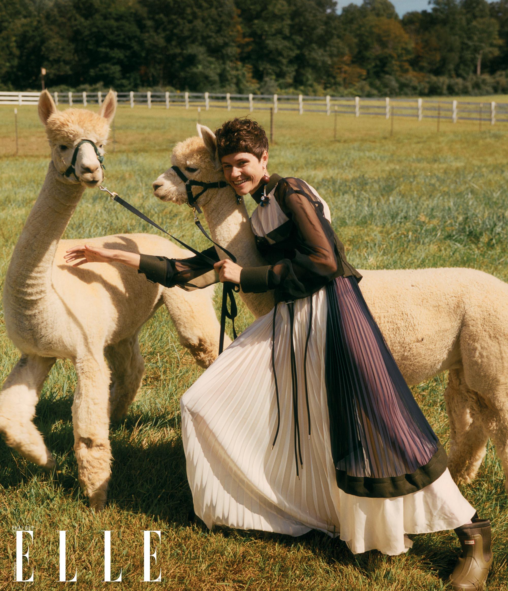 bộ ảnh người mẫu nữ chơi đùa cùng bầy dê