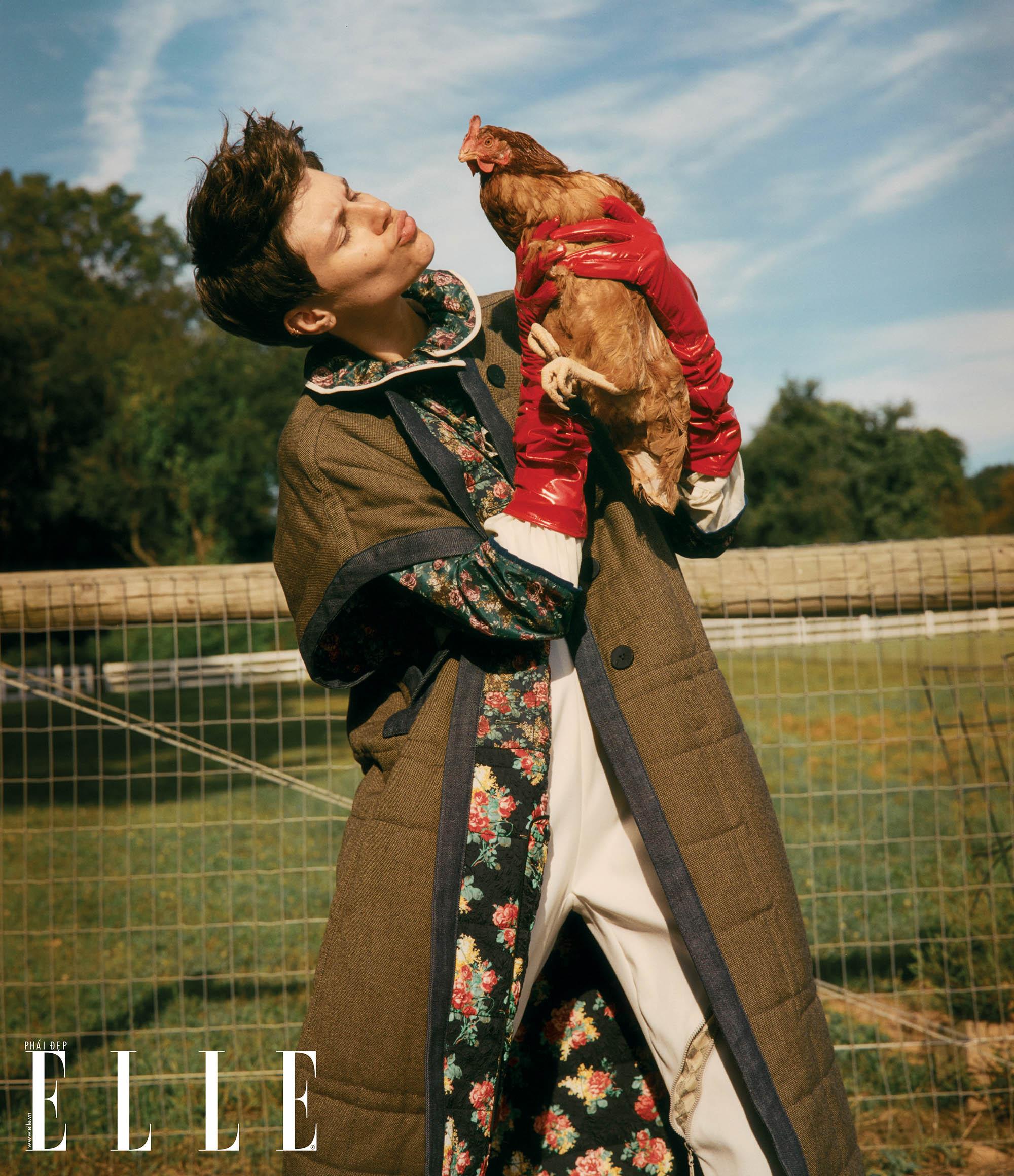bộ ảnh người mẫu tạo dáng cùng chú gà