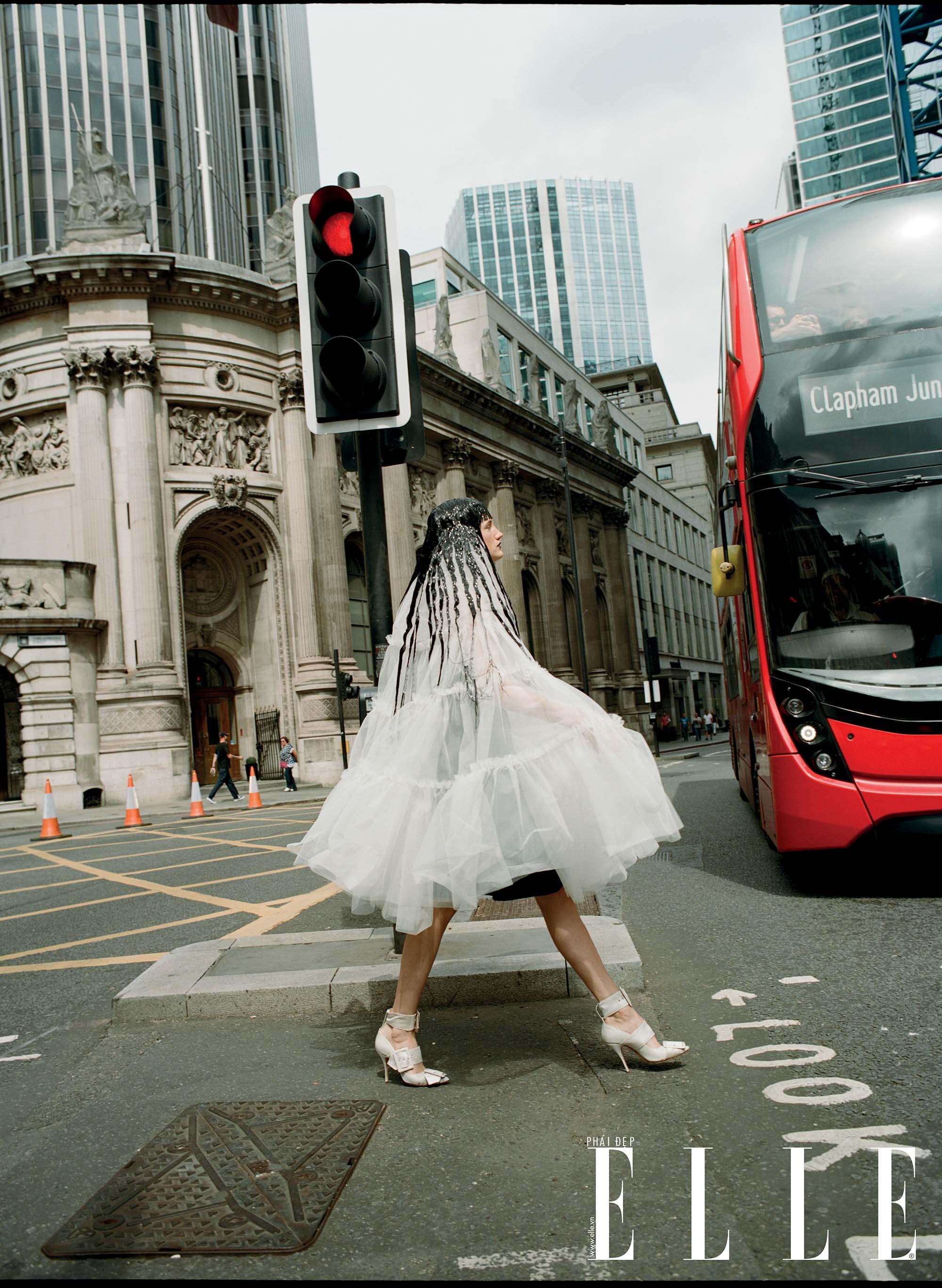 bộ ảnh người mẫu mặc thiết kế vải voan trắng