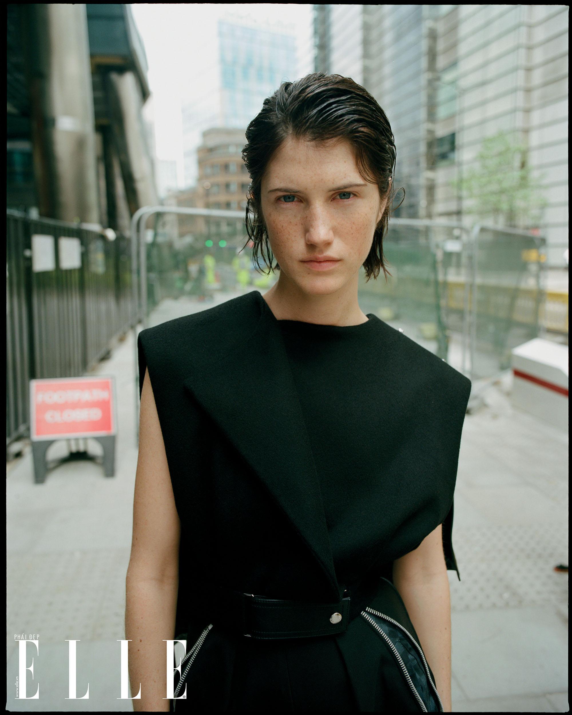 bộ ảnh người mẫu mặc trang phục đen chân dung
