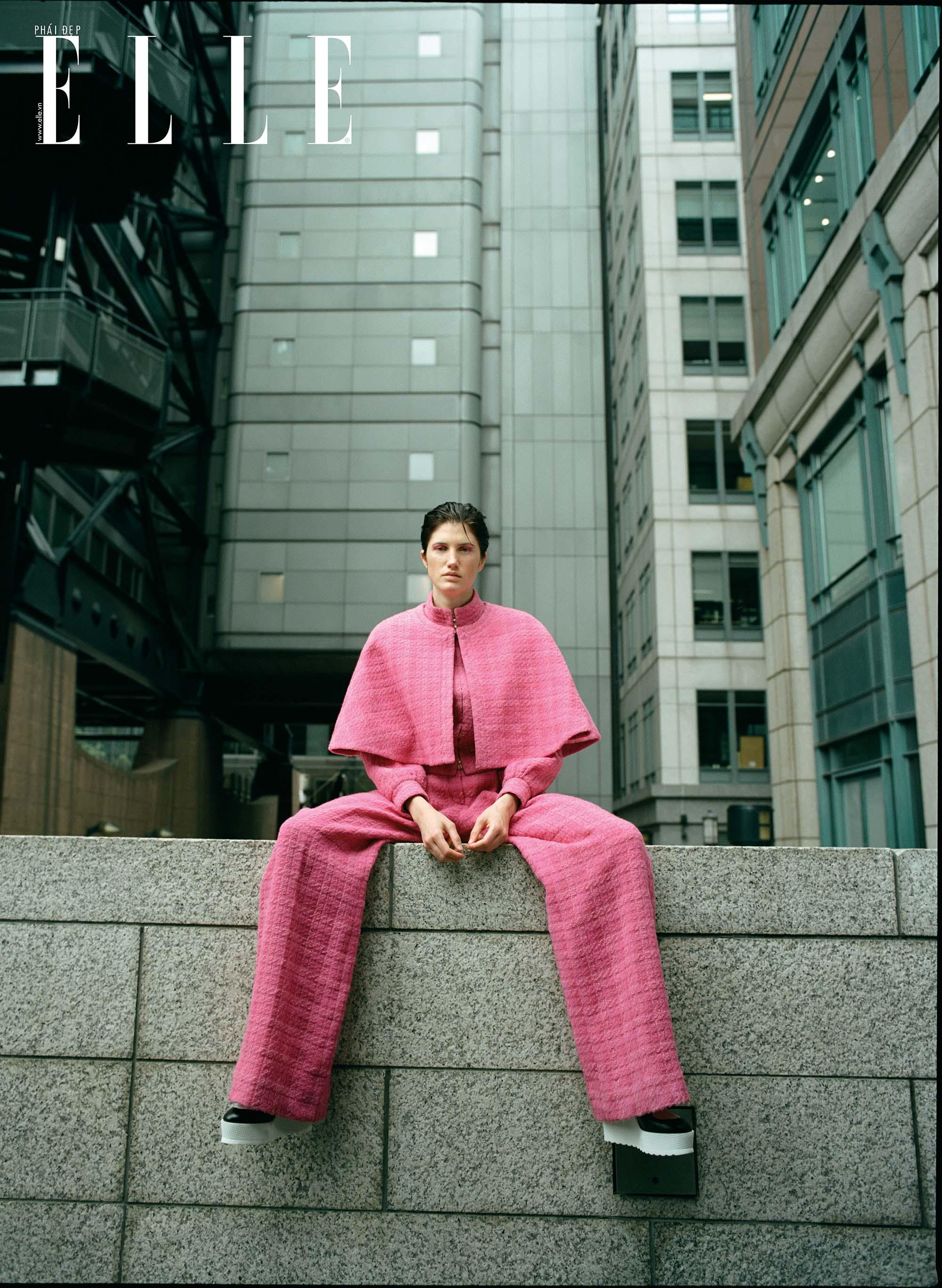 bộ ảnh người mẫu mặc trang phục hồng ngồi tại xung quanh các tòa nhà