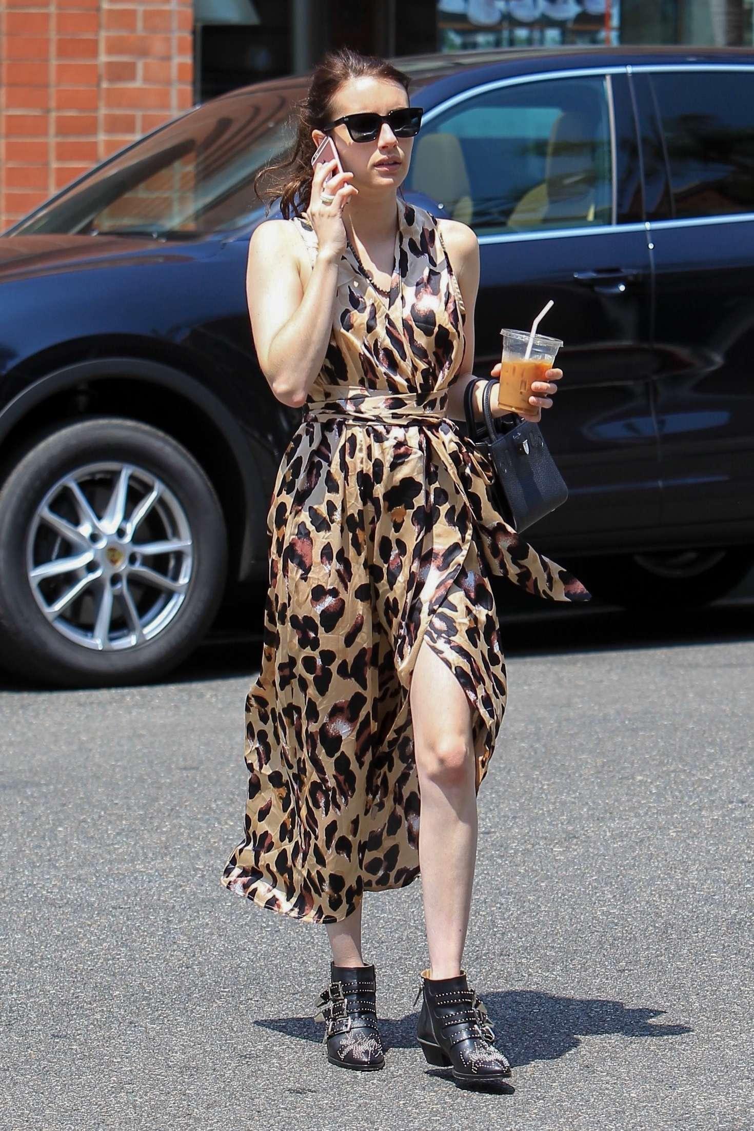 Emma Roberts - cách phối đồ cho người có vóc dáng thấp bé - đầm vạt đắp