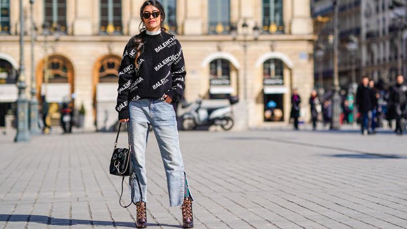 áo khoác len và quần jeans ống rộng