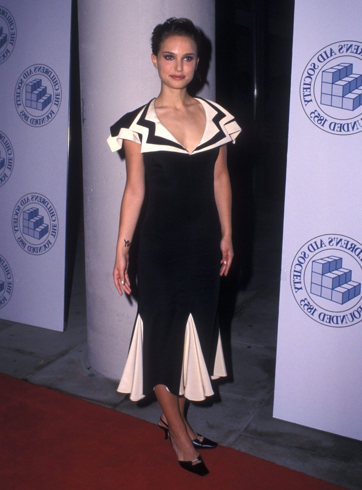 Natalie Portman mặc thiết kế trong BST đầu tay của anh tại buổi công chiếu Star War năm 2002.