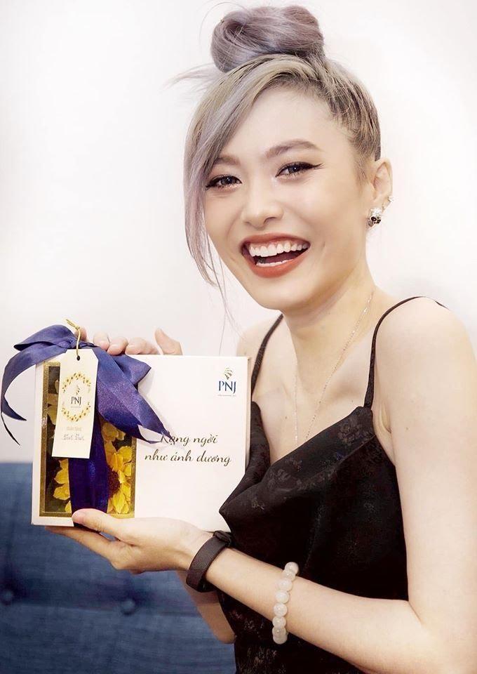 Fung La bên cạnh hộp quà trang sức Suncut
