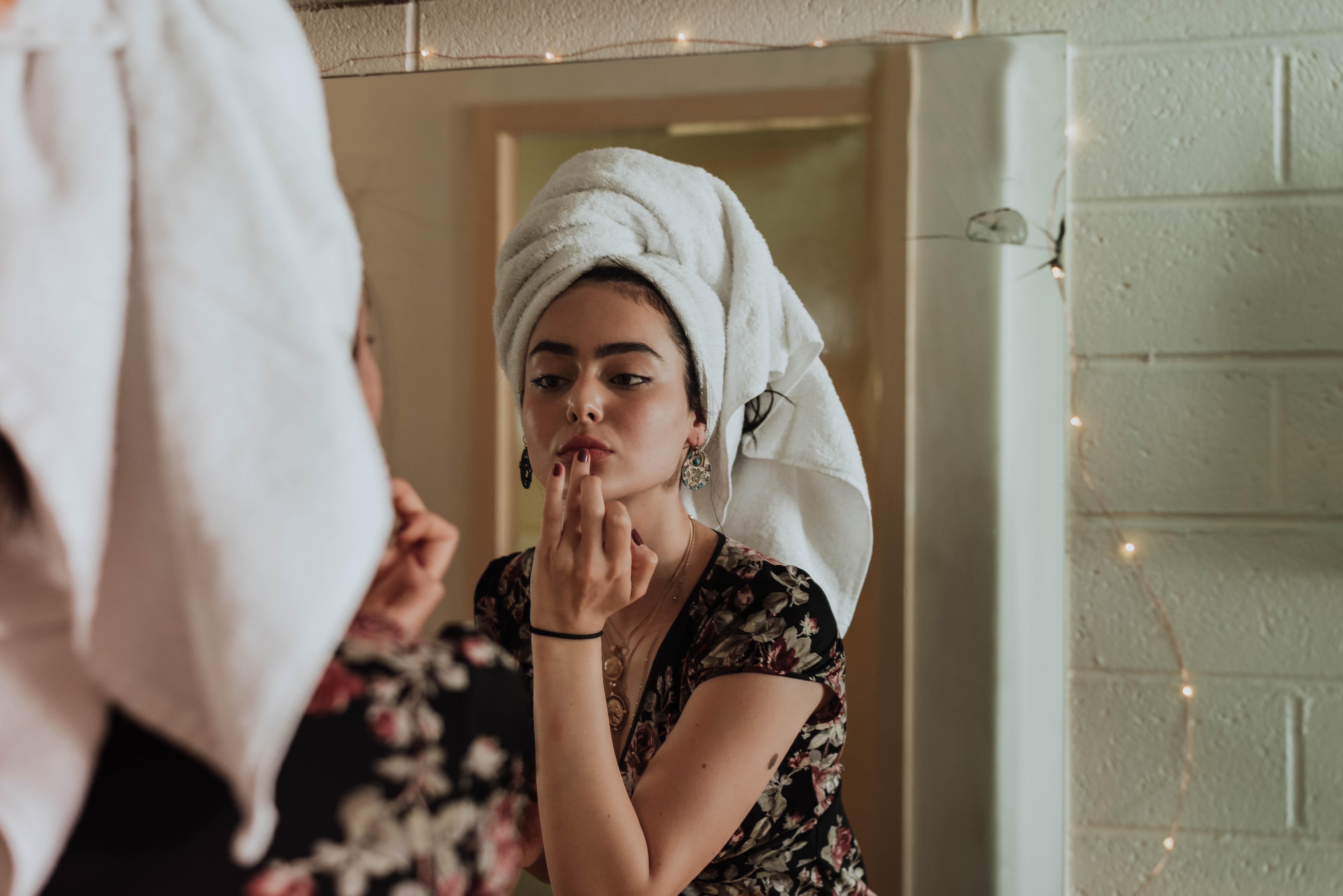 First serum cô gái quấn khăn tắm soi gương
