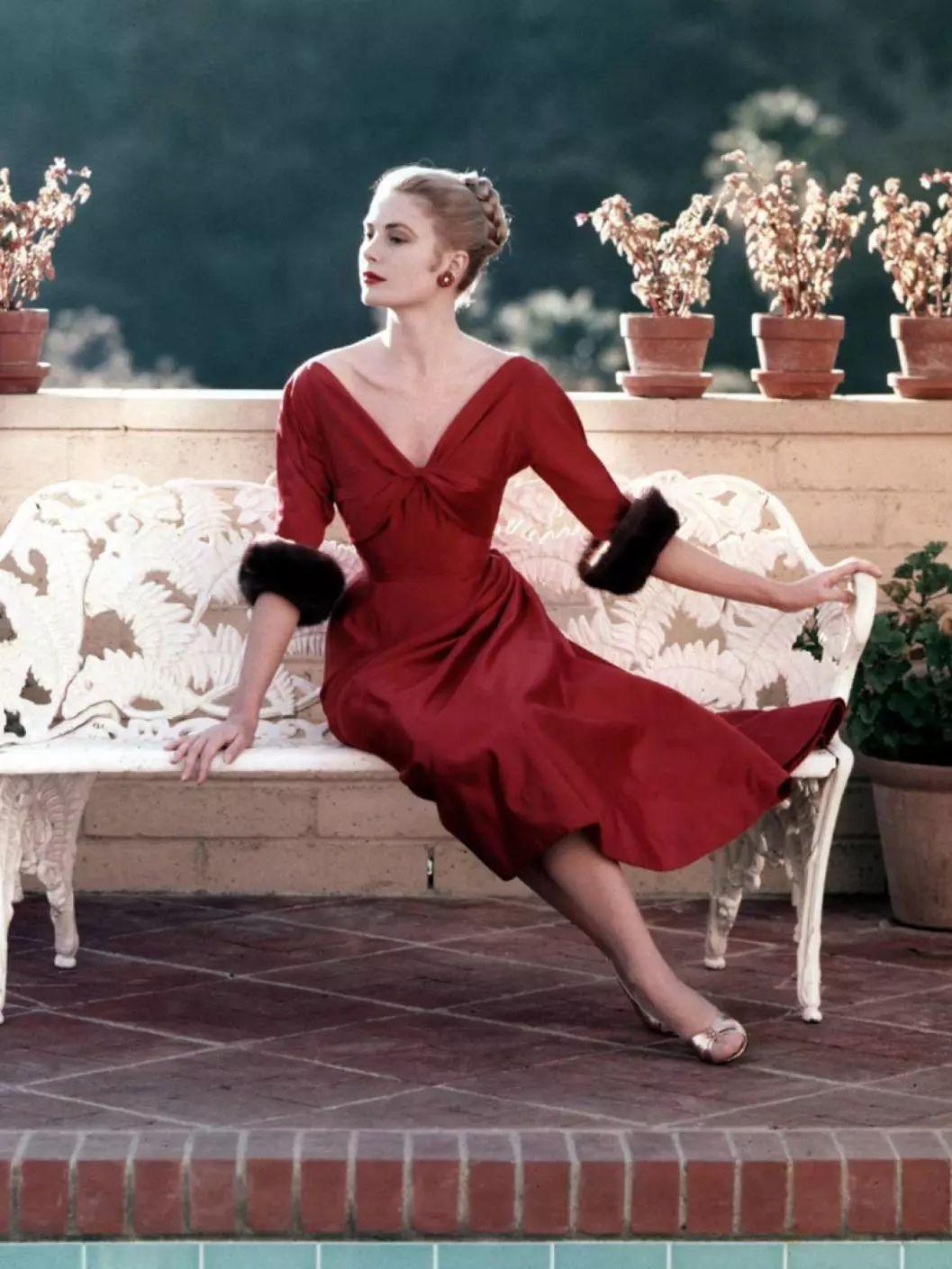 Grace Kelly đầm đỏ cổ xẻ