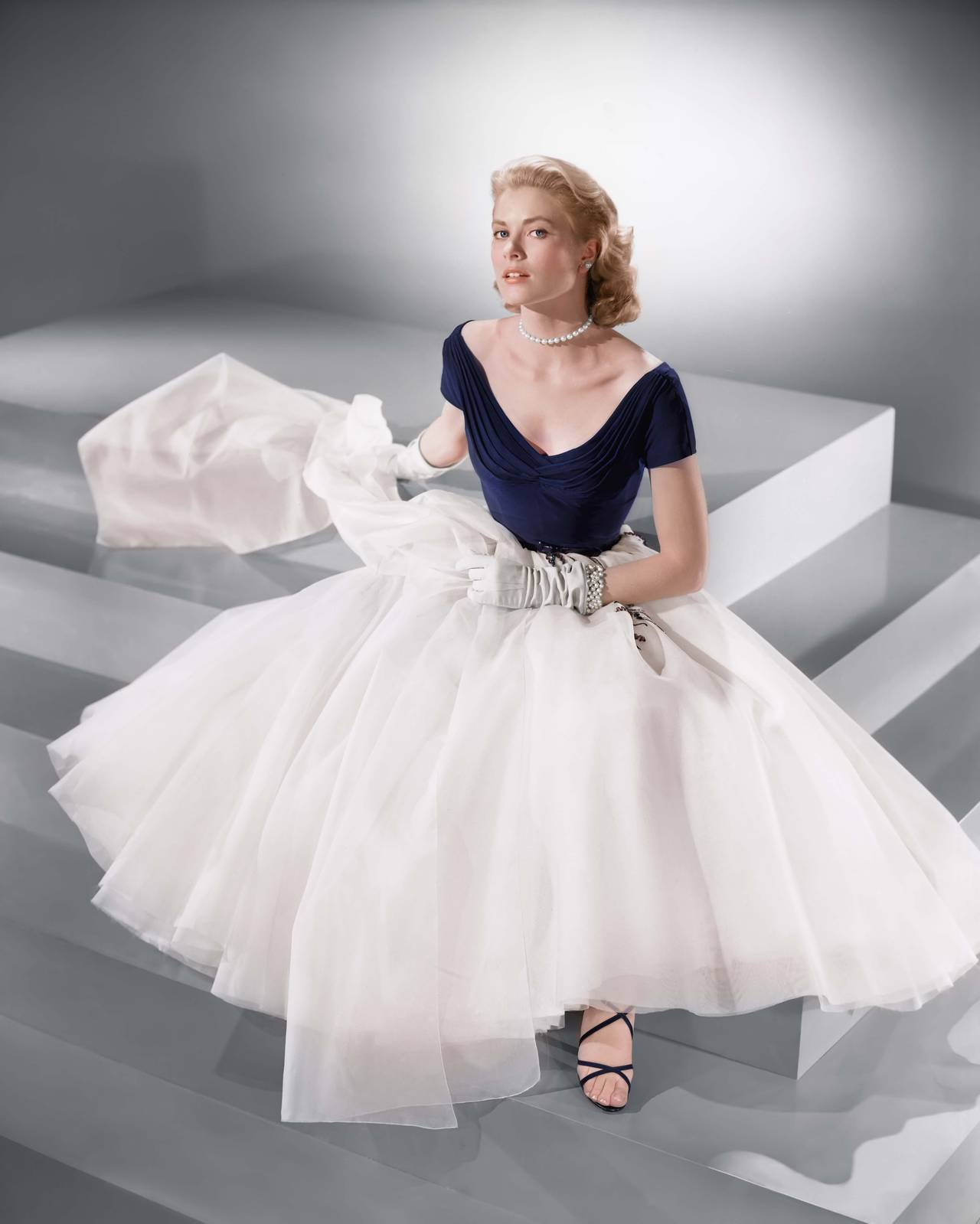 Grace Kelly đầm cổ xẻ váy phồng