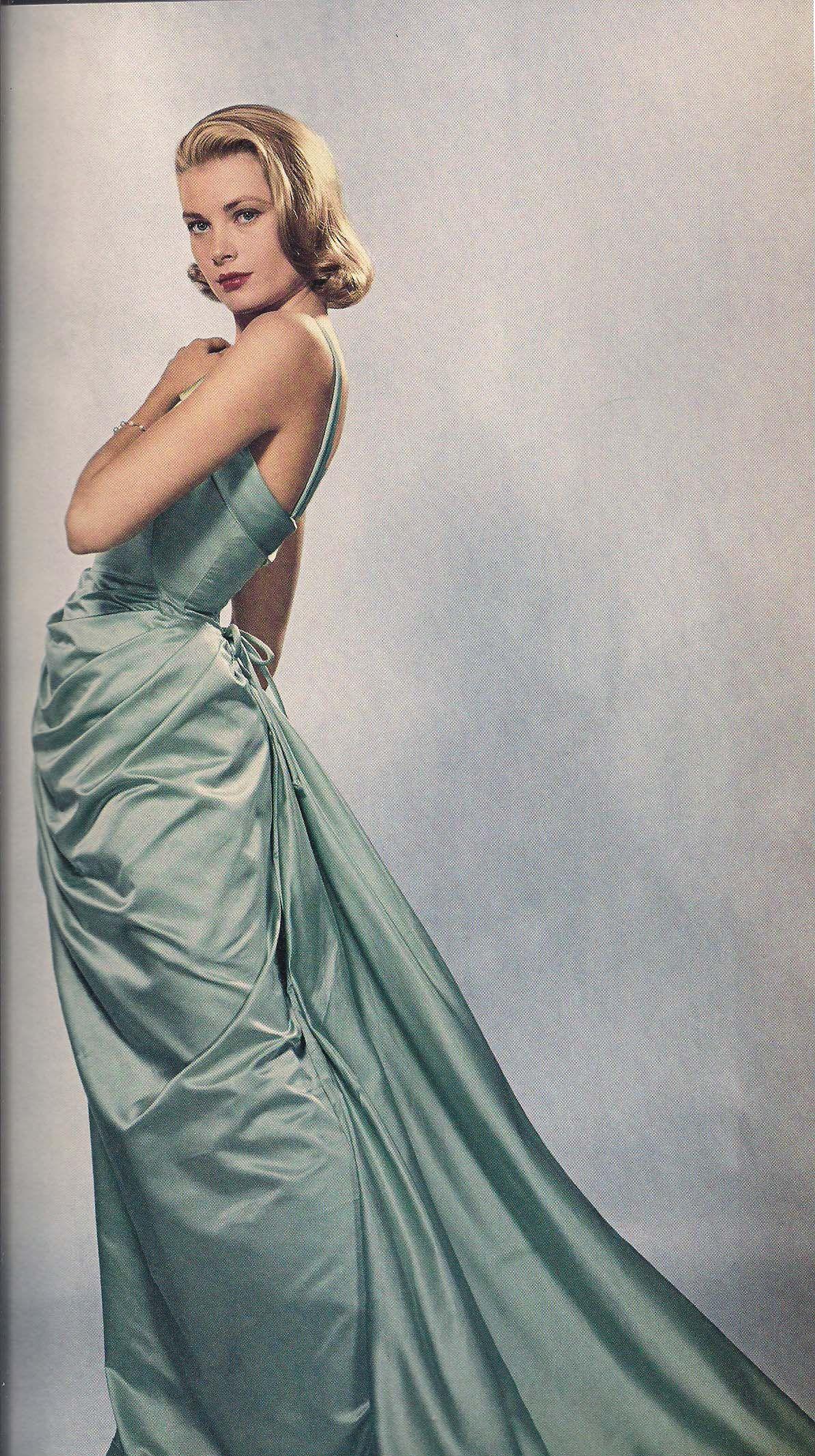 Grace Kelly diện đầm xanh tại giải Oscar