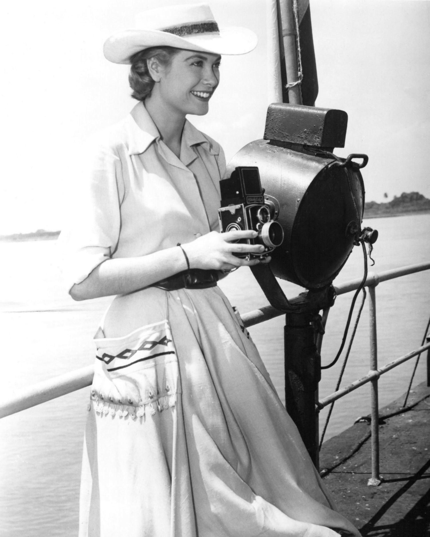 Grace Kelly mũ rộng vành đầm trắng