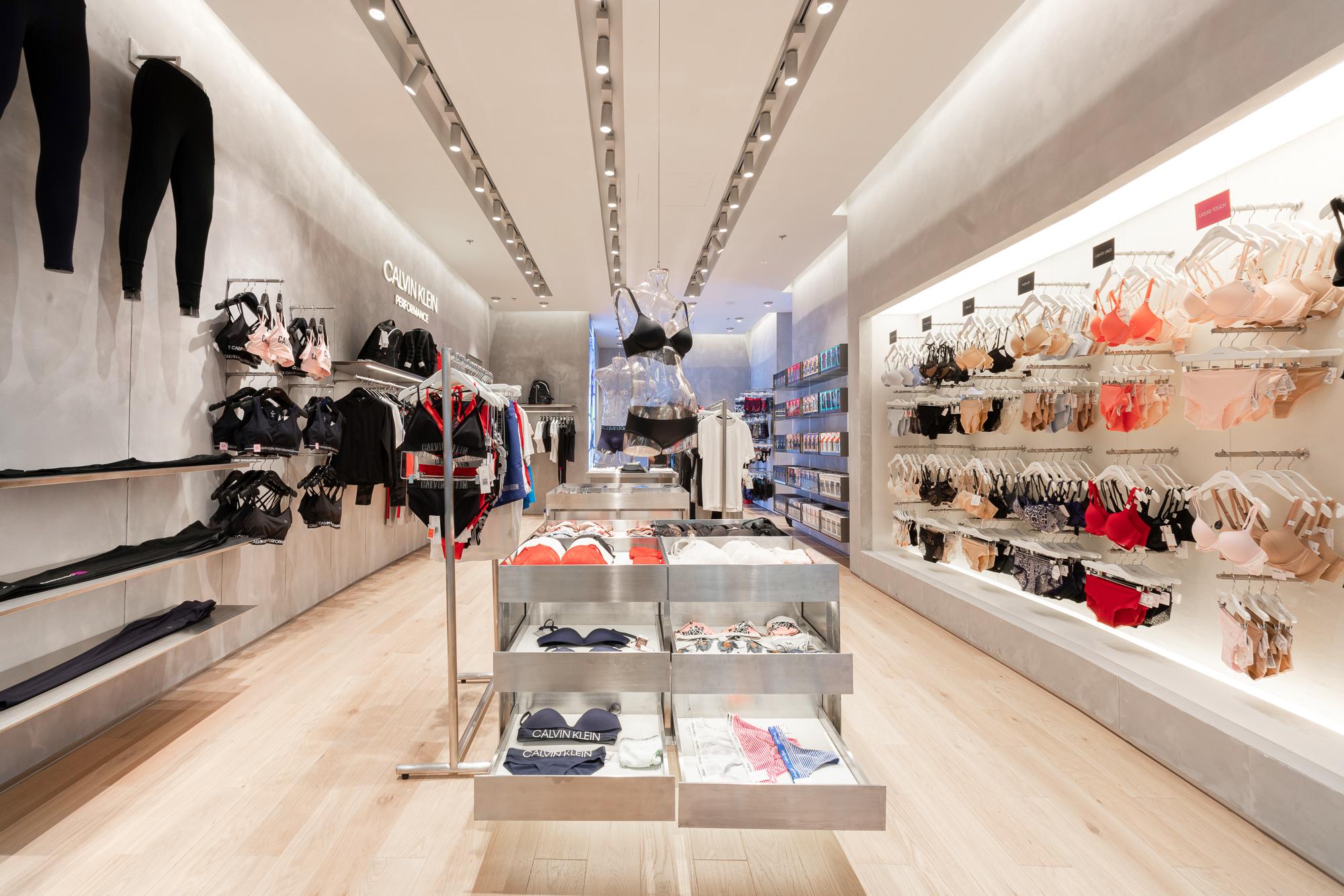 Khu vực trưng bày Calvin Klein Performance & Calvin Klein Underwear