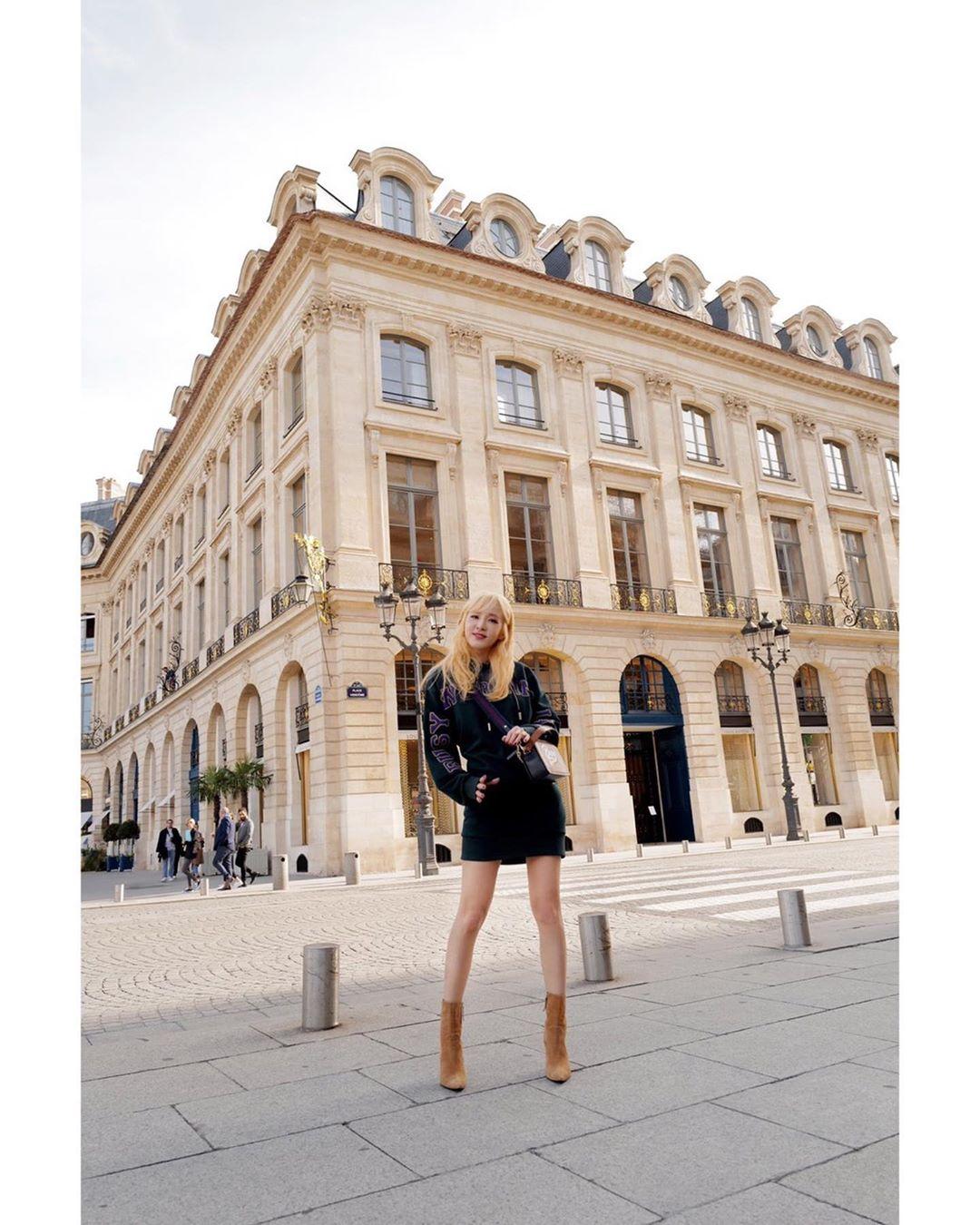 thời trang cung hoàng đạo bọ cạp - dara diện đầm đen và giày boots da lộn