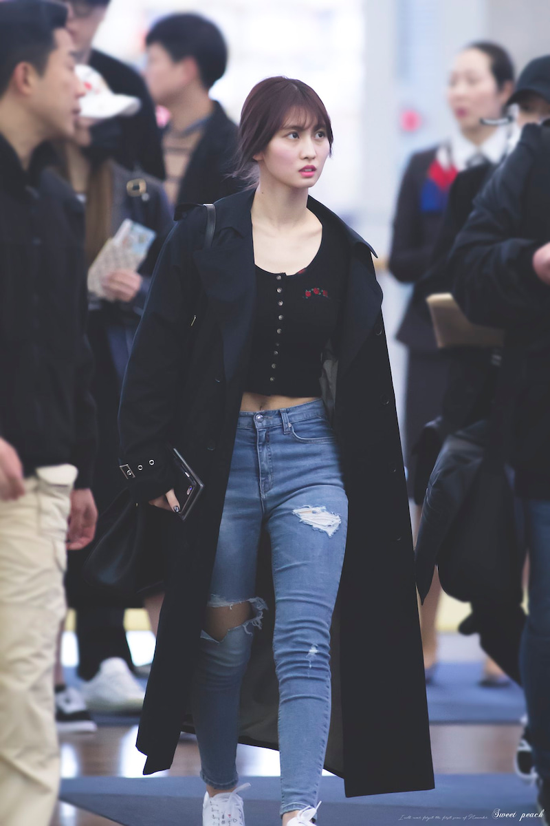 thời trang cung hoàng đạo bọ cạp - momo twice áo khoác dáng dài, jeans dài và sneakers