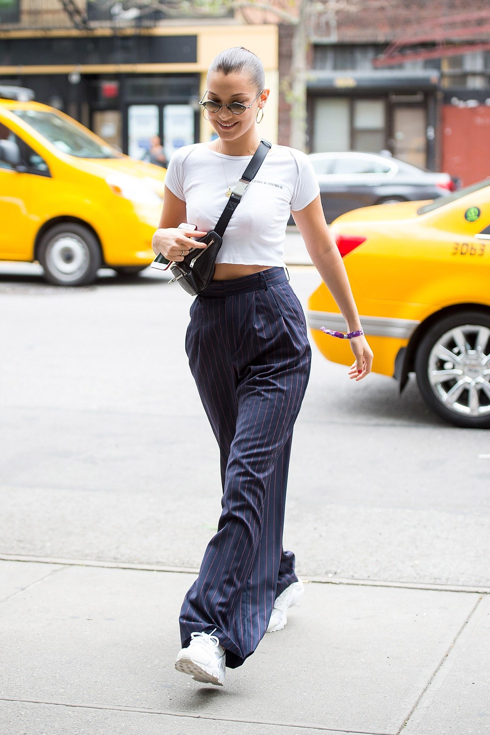 Bella Hadid diện fanny pack - món đồ thời trang cho cô nàng lười