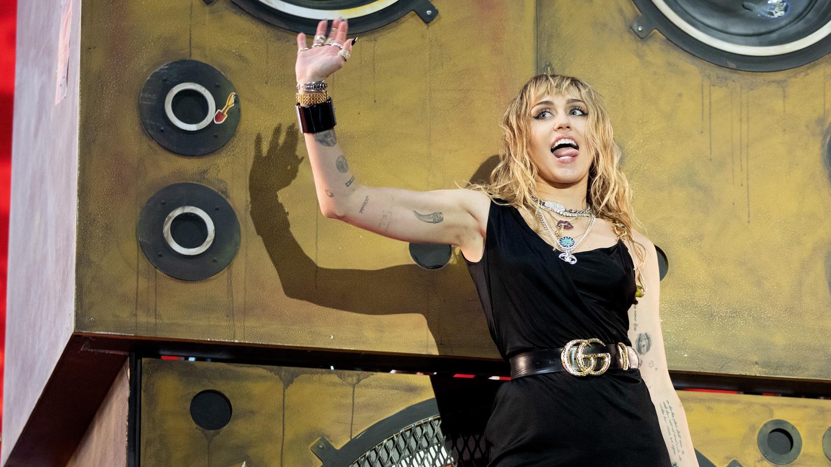 Nữ ca sĩ Miley Cyrus trên sân khấu