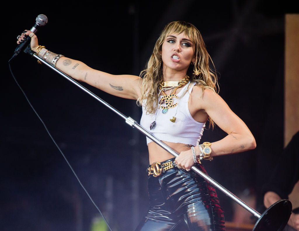 Myley Cyrus trên sân khấu