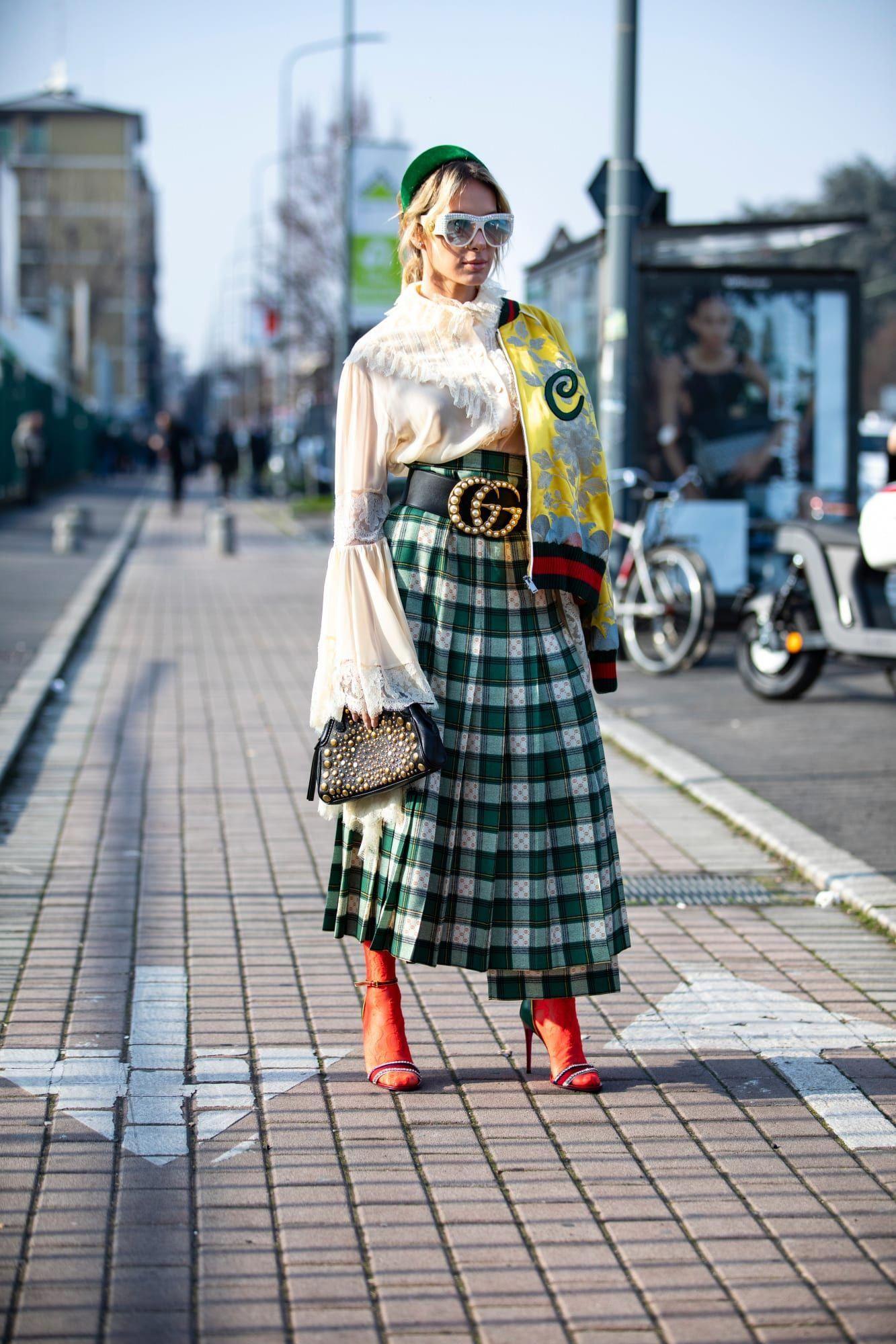 phong cách thời trang maximalism chân váy kẻ ô và áo oversize
