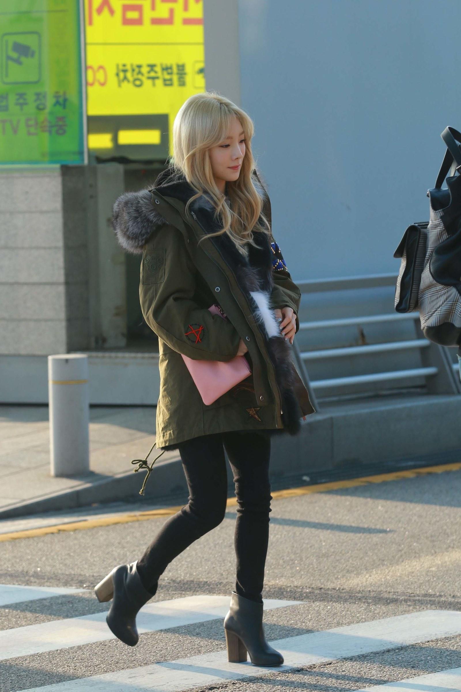 taeyeon phối đồ với quần jeans và giày boots gót vuông