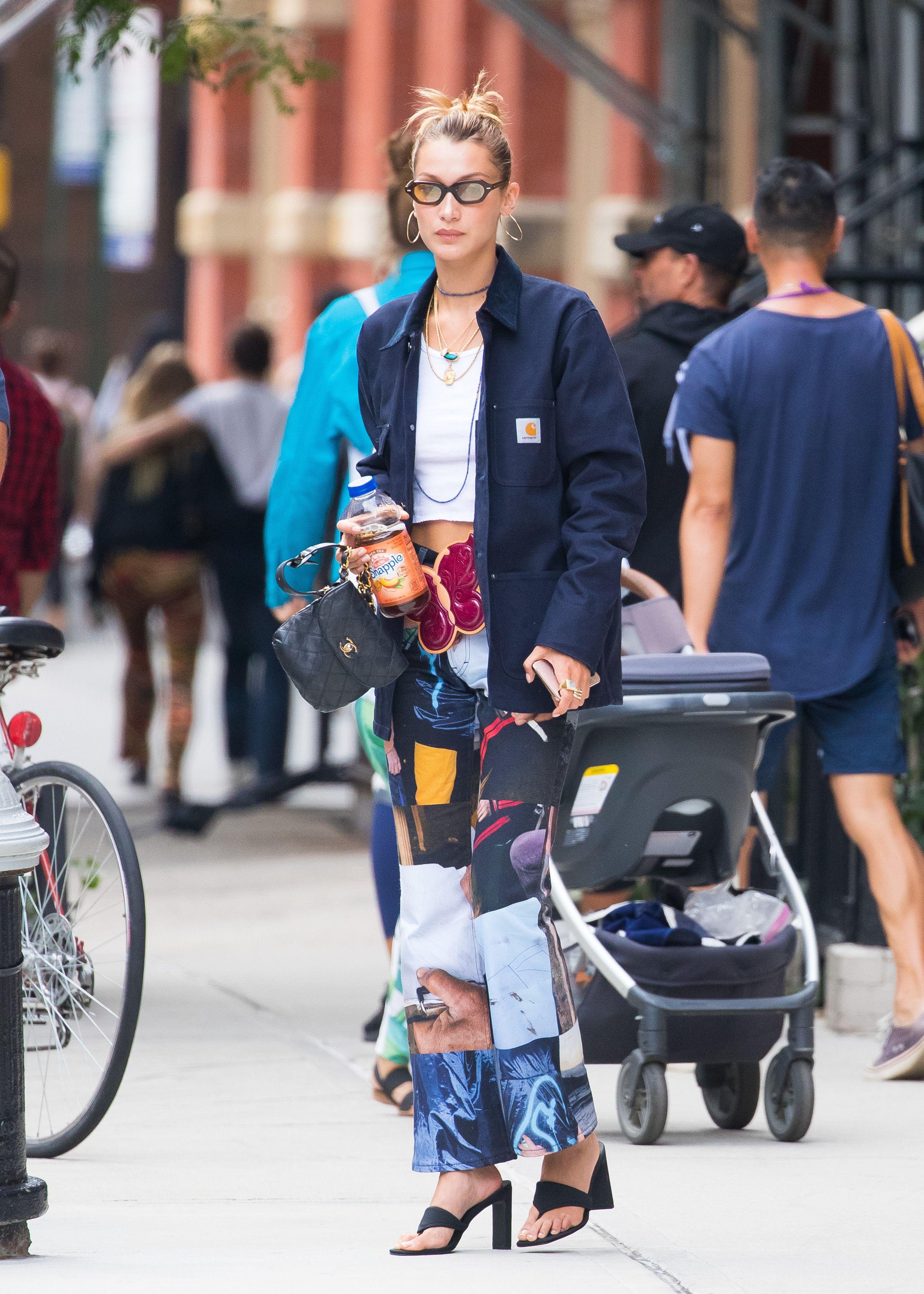 bella hadid phối quần jeans nhiều màu với áo khoác và kính râm