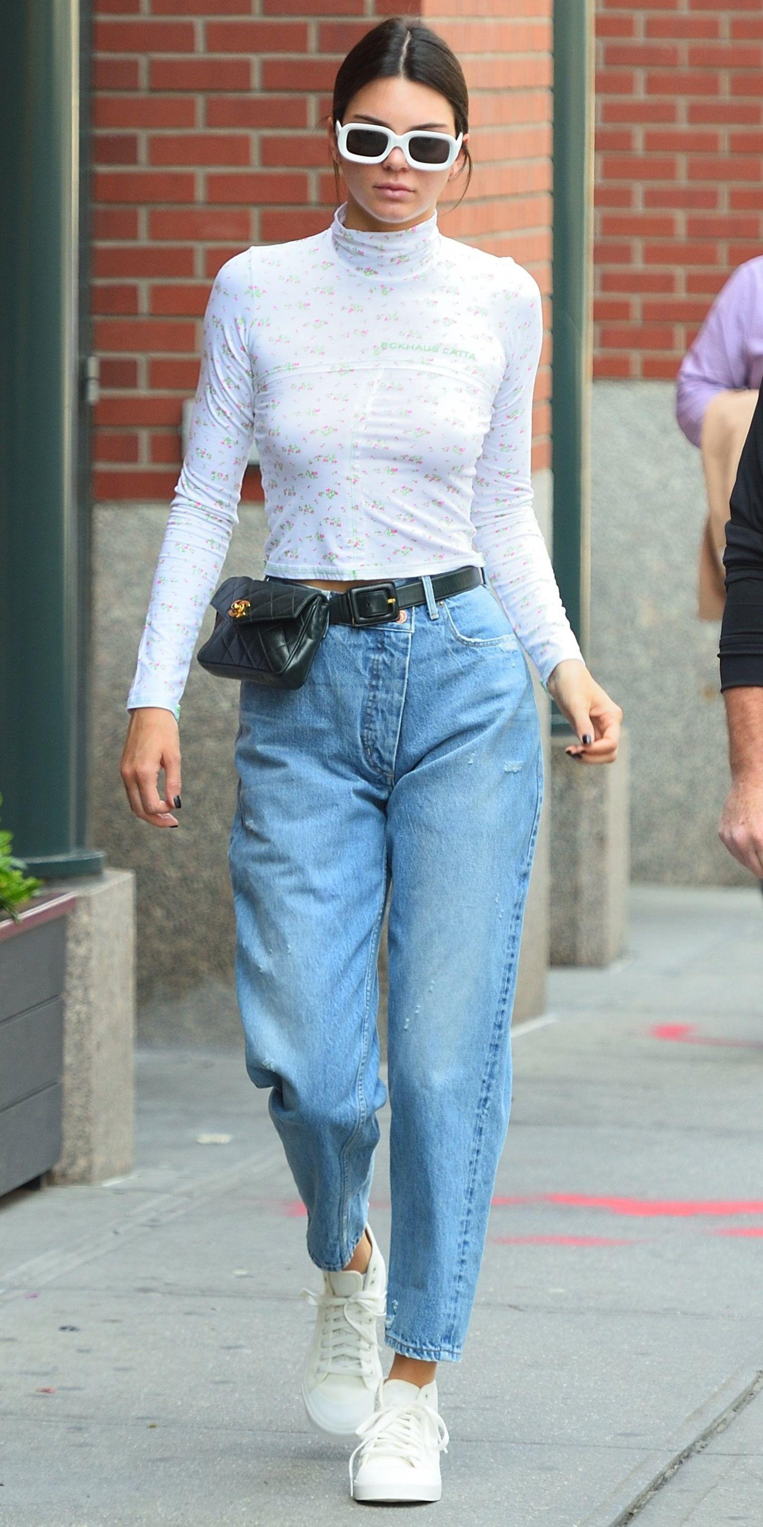 kendall jenner diện belt bag và quần jeans xuống phố