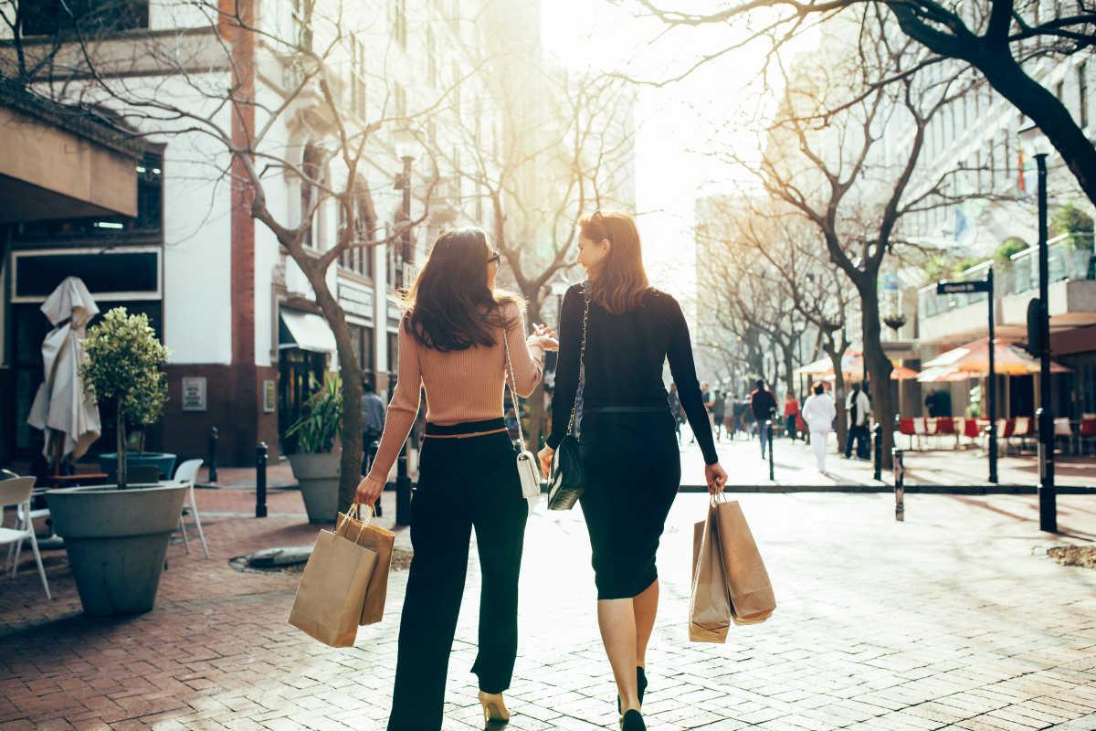 mua sắm cùng bạn bè - mua sắm thông minh mùa cuối năm - shutterstock