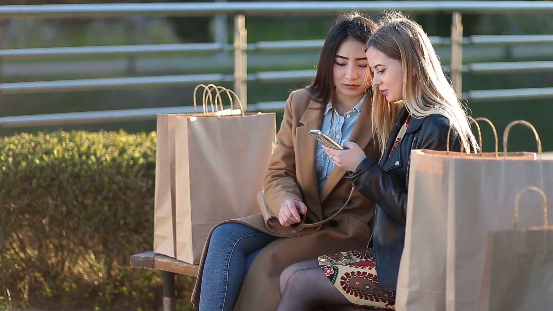 shopping cùng bạn thân - cách mua sắm thông minh mùa bão sale cuối năm