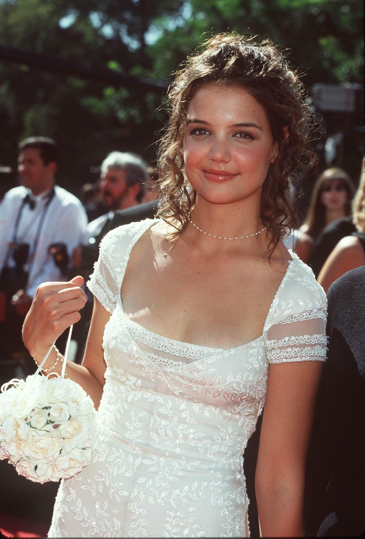 Katie Holmes diện đầm ren trắng 1998