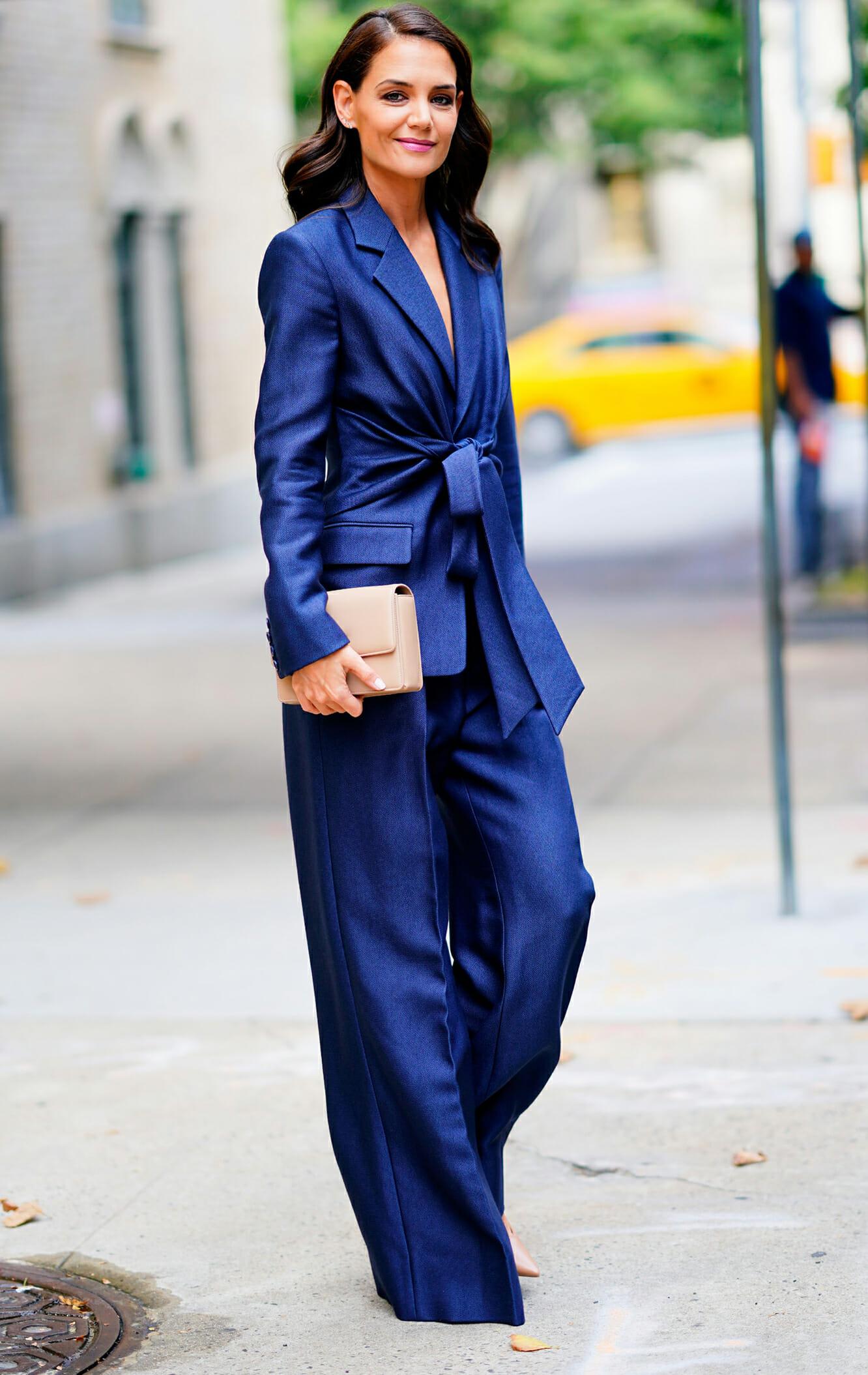 Katie Holmes suit lụa xanh