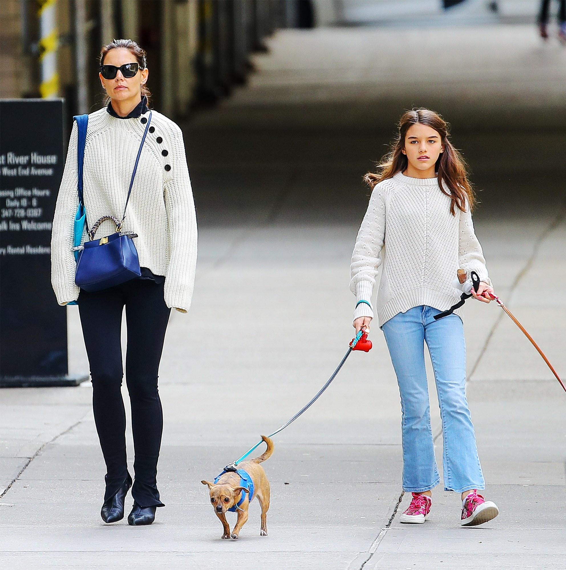 Katie và Suri diện áo len và quần jeans