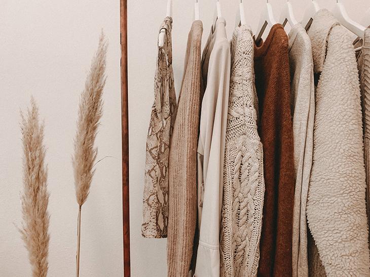 6 bí quyết chăm sóc da mùa đông chất liệu quần áo sào đồ màu be kế bên hai cây cọ